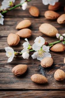 Amandes et fleurs fraîches sur la table en bois