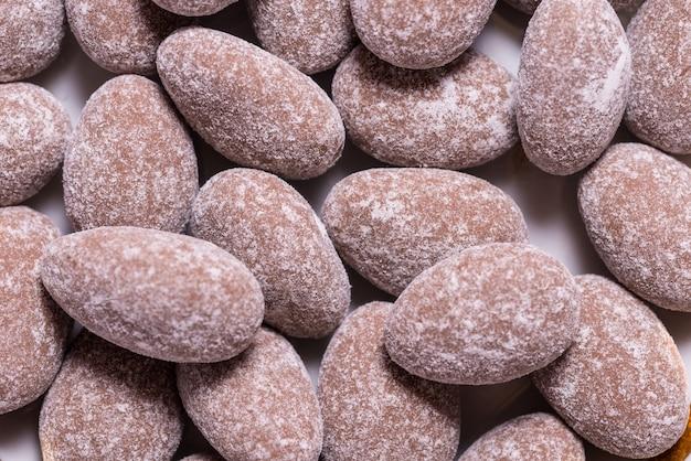 Amandes en fond texturé de bonbons au chocolat, close up