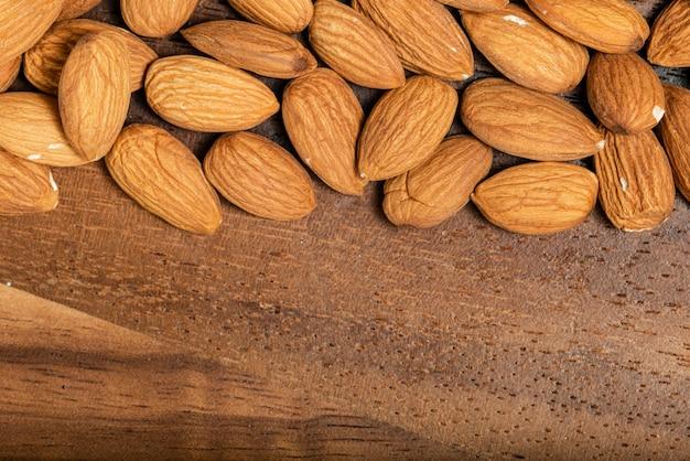 Amandes isolées sur fond en bois. vue de dessus. macrophotographie