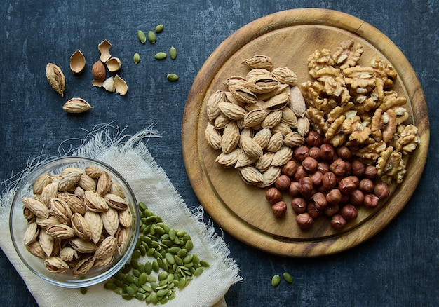 Amandes, noisettes, noix et graines de citrouille, vue de dessus, pose à plat