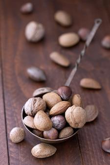 Amandes, noix et noisettes dans un bol métallique