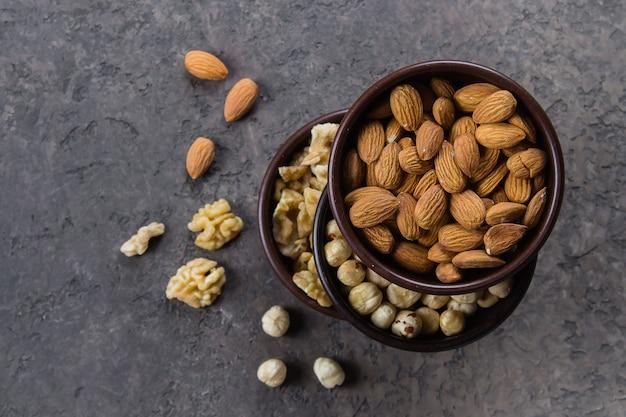 Amandes, noix et noisettes dans des bols en bois