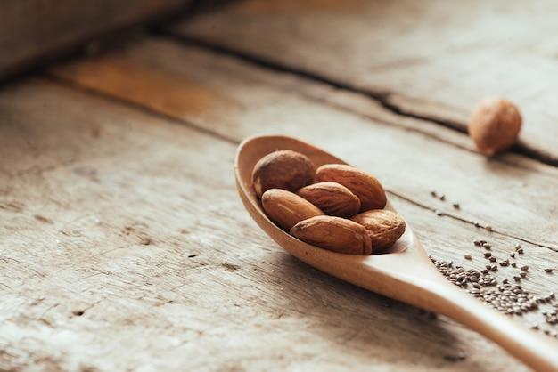 Les amandes versent de la cuillère en bois