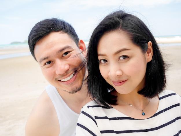 Amant de couple asiatique heureux sur les vacances de plage d'été