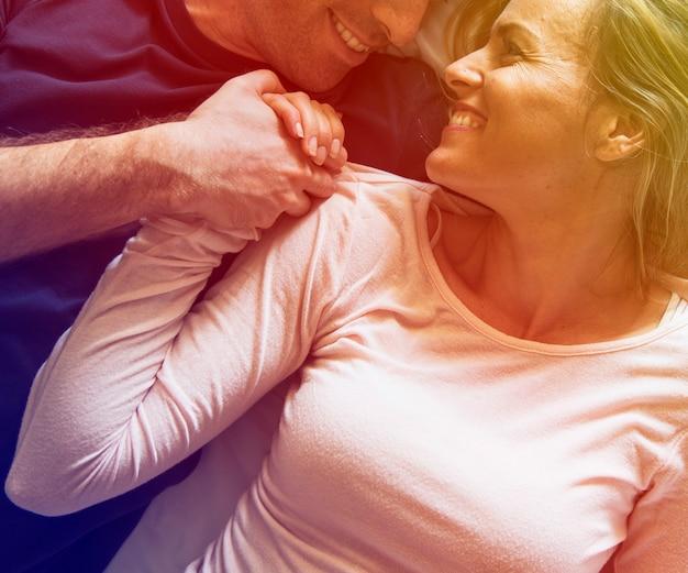 Amant couple, pose, lit, bonheur, mode de vie