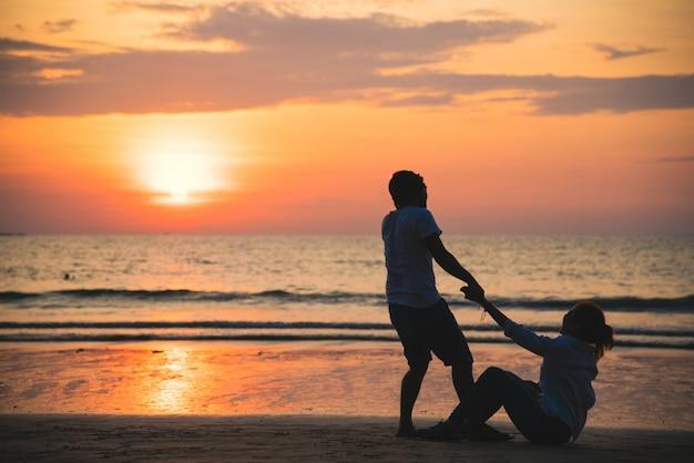 Amants asiatiques heureux et s'amusant main dans la main.