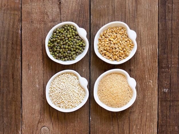 Amarante crue biologique et grains de quinoa, blé et haricots mungo