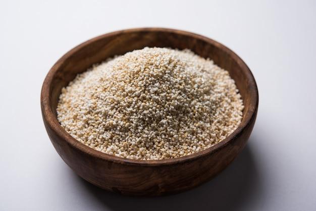 Amarante ou rajgira lahi dans un bol avec du laddu sucré. mise au point sélective