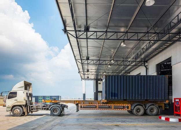 Amarrage des camions dans l'entrepôt au port