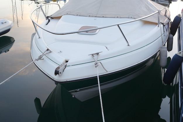 Amarrage de yacht blanc et bleu dans la baie