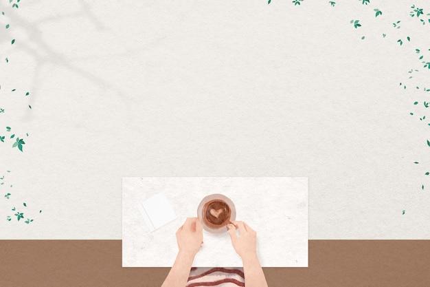L'amateur de café laisse le cadre sur le fond texturé beige