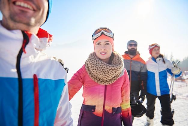 Amateurs de sports d'hiver ayant une aventure