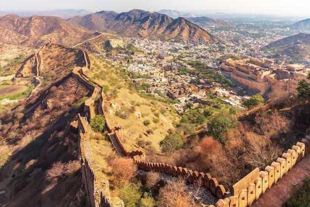 Amber fort et amer dans les collines aravalli, vue depuis les murs de jaigarh fort, jaipur, egypte.