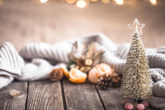 Ambiance chaleureuse festive de noël avec décor à la maison et mandarines sur fond de bois, concept de confort à la maison