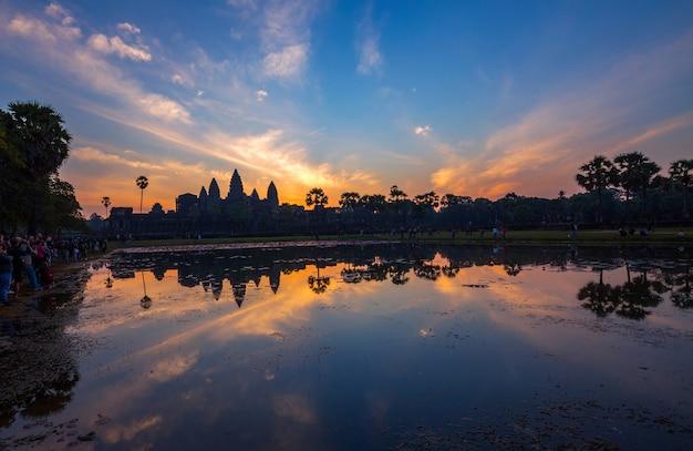 Ambiance colorée et lever du soleil à angkor vat.