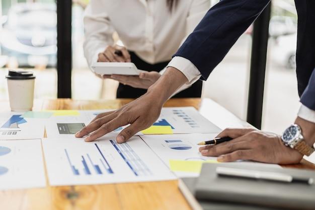 Ambiance dans la salle de réunion des startups, les dirigeants et les départements marketing discutent et réfléchissent à des plans de marketing en ligne. concept de gestion marketing d'une entreprise en démarrage.