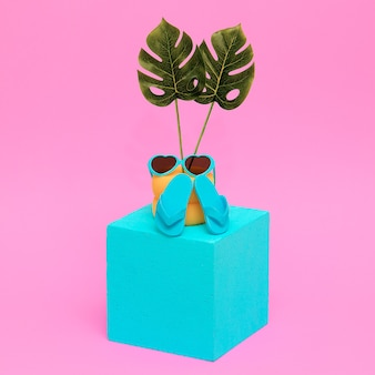 Ambiance de vacances à la plage. lunettes de soleil et tongs. cocept minimal de vacances