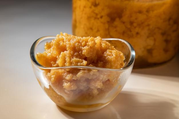 Ambroisie dulce de leche. dessert typique du minas gerais et du nord-est brésilien. isolé.