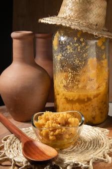 Ambrosia dulce de leche dans un décor agrémenté d'accessoires faisant référence au minas gerais et au nord-est brésilien.
