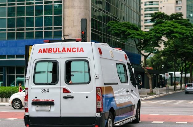 Ambulance en cas d'urgence médicale dans la circulation