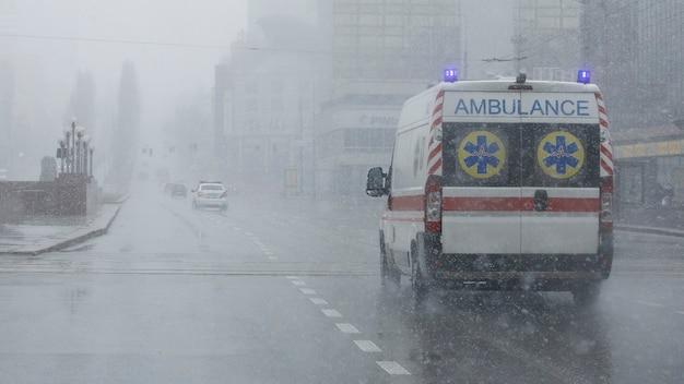 Une ambulance a emmené le patient à la clinique avec les clignotants allumés