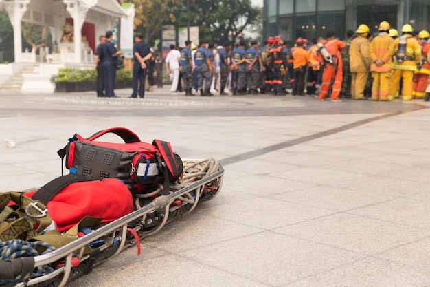 Ambulancier et civière gurney dans un exercice simulé de catastrophe