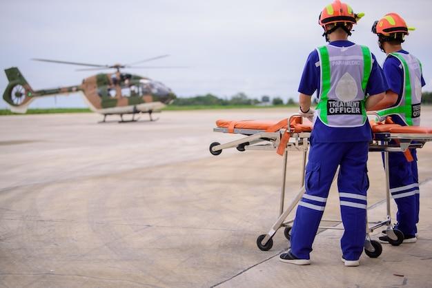 Les ambulanciers paramédicaux et une ambulance volante mobile