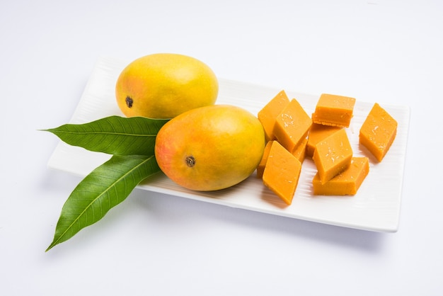 Ambyachi vadi ou mangue burfi ou barfi ou gâteau d'inde est fabriqué à partir d'authentiques fruits alphonso mélangés à du khoya. servi dans une assiette, mise au point sélective