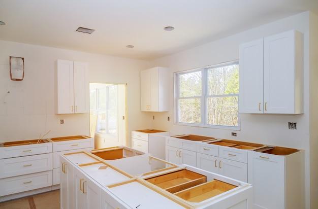 Amélioration de l'habitat de la cuisine préparant l'installation personnalisée neuve dans la cuisine moderne