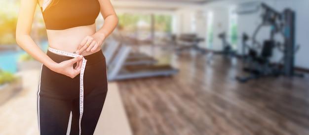 Améliorations corps-esprit. les gens prêts à commencer un régime et une alimentation saine. corps ajusté et ferme. exercice et sport.