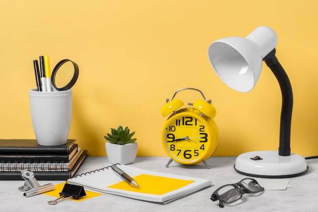 Aménagement de l'espace de travail avec lampe de bureau