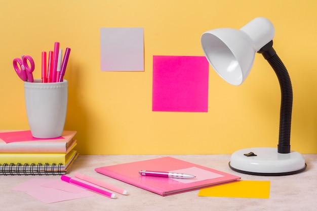 Aménagement de l'espace de travail avec lampe