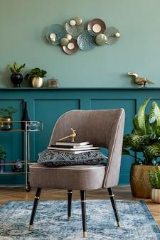 Aménagement intérieur du salon avec fauteuil élégant, armoire à liqueur en or, décoration, plantes d'oreiller et accessoires personnels élégants. concevoir la décoration de la maison. lambris vert avec étagère..