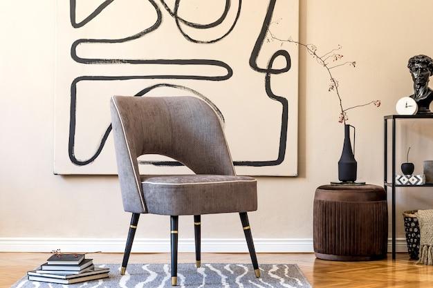 Aménagement intérieur du salon avec fauteuil gris élégant, peintures abstraites au mur, fleurs dans un vase, tapis et accessoires personnels élégants. notion beige. home staging moderne.
