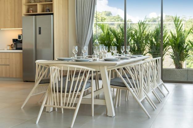 Aménagement intérieur d'une salle à manger de villa