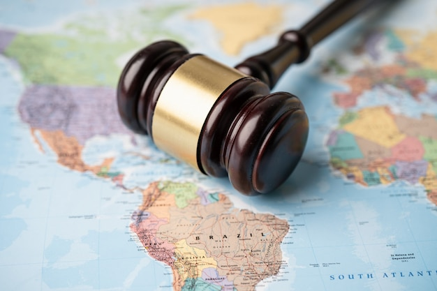 America gavel pour juge avocat sur la carte du monde