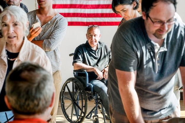 Américain faisant la queue dans un bureau de vote