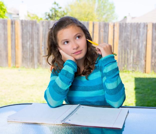 American teen latine fille à faire leurs devoirs dans la cour