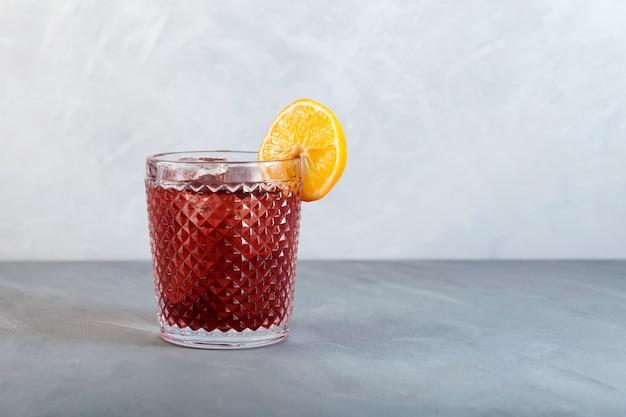Americano cocktail d'alcool avec vermouth rouge soda amer eau zeste d'orange et glace