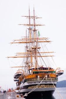 Amerigo vespucci est un grand voilier de la marine italienne