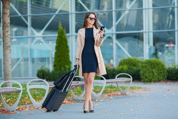 Ami, bienvenue en embrassant l'aéroport. hall international manquant câlin et salut à l'arrivée