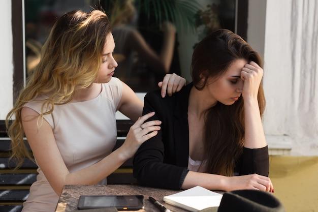Un ami calme un ami en détresse à cause d'un revers récent