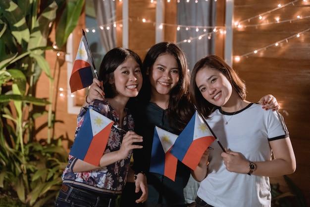 Ami célébrant la fête nationale de l'indépendance des philippines
