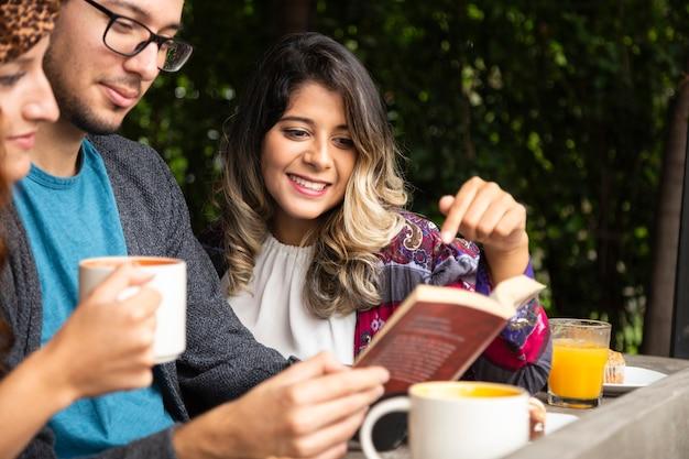 Ami en lisant un livre ensemble