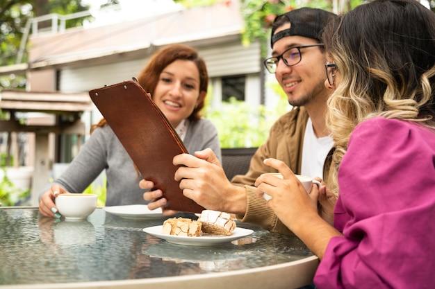 Ami prenant un café ensemble sur la terrasse