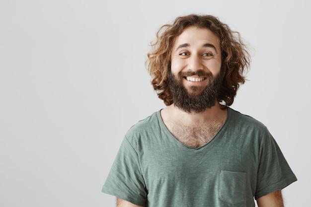 Amical souriant homme du moyen-orient avec une longue barbe