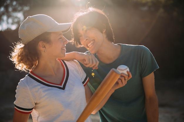 Amies adolescentes multiethniques jouant au baseball