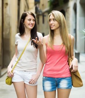 Amies ayant une visite de la ville