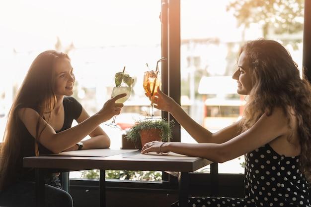 Amies bénéficiant de boissons au restaurant