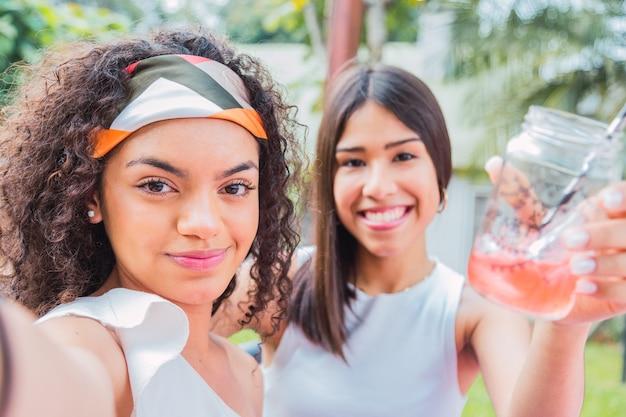 Amies brunes prennent un selfie ensemble